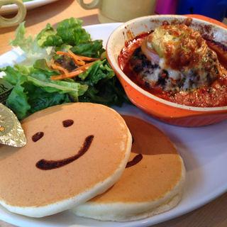 トマトとアボガドのオーブン焼きハンバーグ(パンケーキデイズ 原宿店 )