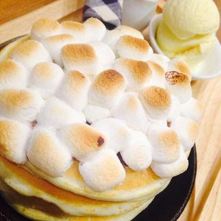 焼きマシュマロとチョコレートのパンケーキ(パンケーキカフェ mog 難波店)