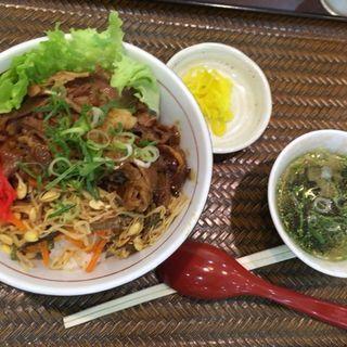 牛カルビ丼(海上明珠 楽善園 (ハイシャンミンチュウ ルウサンユェン))