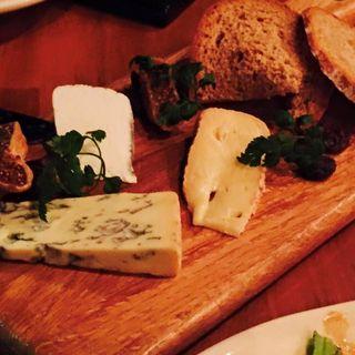 神楽坂 Alpage のチーズ盛り合わせ(ヌメロサンク ノースブランチ)