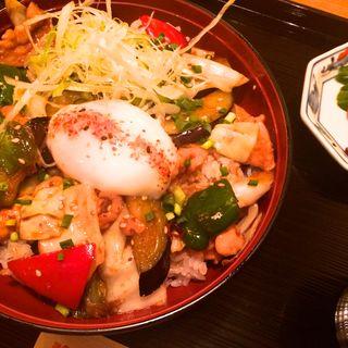 伊達鶏と茄子の味噌照り焼き丼 温泉卵添え(地鶏や 新宿パレットビル店 (じどりや))