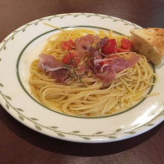 生ハムと完熟フルーツトマトのペペロンチーニ スパゲッティ(トラットリア コン アマーレ (trattoria con amare))