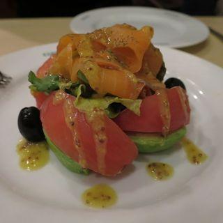サーモンとアボカドのサラダ(スペイン料理銀座エスペロ みゆき通り店)