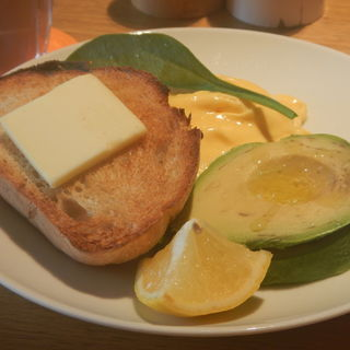 オーガニックスクランブルエッグ/トースト[ハーフ] アボカドトッピング(bills お台場 (ビルズ))