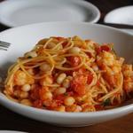 シュリンプ、白インゲン豆、フレッシュトマトのスパゲッティ