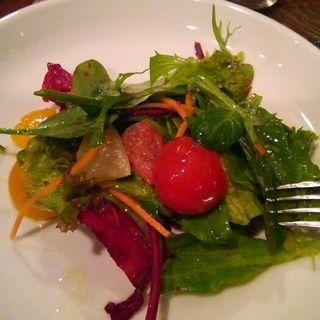 有機野菜、フルーツトマト、柑橘類のサラダ(ヴォメロ (Vomero))