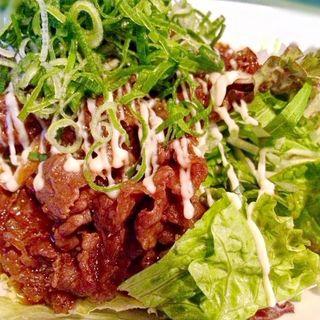 特製ダレで炒めた牛のっけサラダ(なんちゃって (多々居酒処 多少寿司屋 なんちゃって))