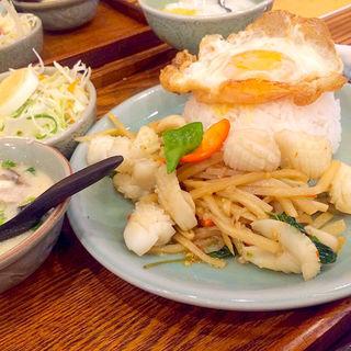 イカと筍のバジル炒めご飯目玉焼き添え(セラドン)