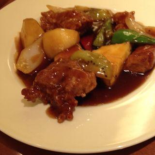 ハーブ豚とフレッシュフルーツの黒酢酢豚.(VEGE CHINA 南国酒家 新宿店 (ベジチャイナ・ナンゴクシュカ))