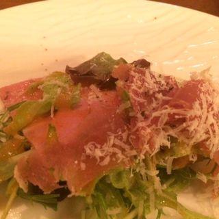 プロシュートとポーチドエッグのサラダ(ワインと熟成肉のイタリアン ボノ )