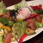 鶏とアボカドユッケサラダ