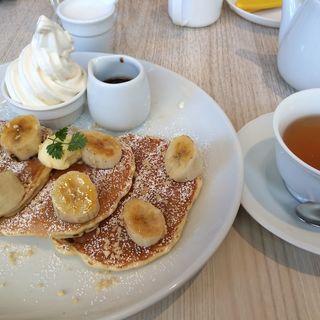 キャラメリゼバナナとマカダミアンナッツのバナナパンケーキ~北海道生乳ソフトクリーム添え~(バター 横浜ベイクォーター (Butter))