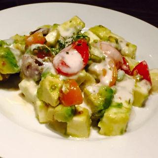 トマトとモッツァレラチーズ・アボカドのサラダ仕立て(アルバータ (ALBERTA))