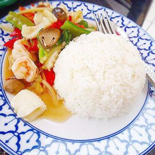 シーフードのにんにく炒めご飯タレー カティアム ラーカオ (CHAO-THAI 横浜ベイクォーター店 (チャオタイ))
