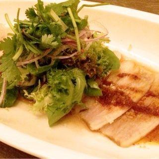 蒸し豚のカルパッチョ マーラー醤ソース(CAFE RAMBUTAN (カフェ ランブータン))