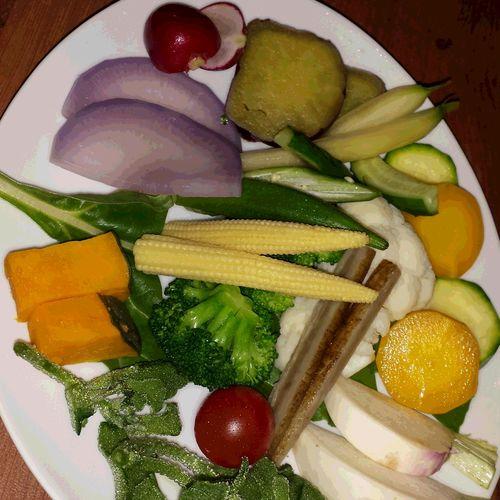 鎌倉野菜のバーニャカウダ お店一押しの鎌倉野菜のバーニャカウダです。さまざまな見慣れないお野菜がたっぷりお皿にのり、どのお野菜も甘みがあり素材そのものがしっかり味わえました。