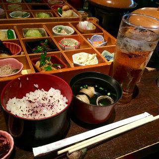 色彩弁当(牛肉の登板焼き付き)(庵)
