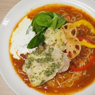 塩レモン&カマンベール仕立てのバジチキトマト冷麺(太陽のトマト麺)