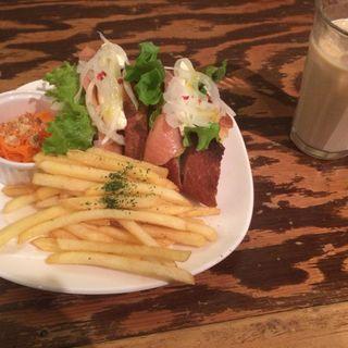 サーモンマリネとクリームチーズのサンドイッチ(アンデパンダン (Independants))