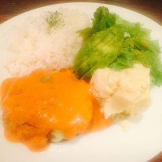 トマトチーズハンバーグ マッシュポテト添え(うさぎ)