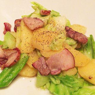 三元豚の手作り燻製とキャベツ・ポテトの炒めもの(CHIBIKURO-SAMBO)