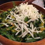 サルディーナ風ペコリーノチーズとクルミのルッコラサラダ