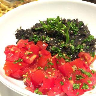 イカ墨煮&トマトのガーリックご飯(坂の上のホタル)