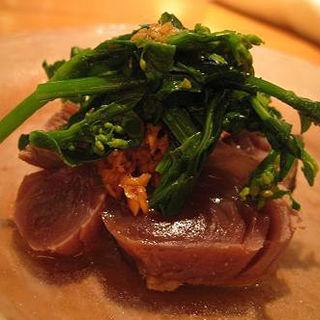 鰹のたたきと菜の花 西洋ワサビソース(AU GAMIN DE TOKIO )