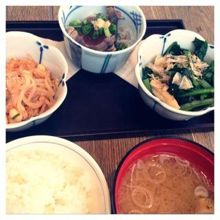 されたお惣菜の3種盛りとご飯&お味噌汁のセット(みのる食堂 銀座三越店)