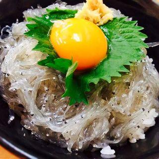 生しらす丼(市場食堂 駅前 サンキタ店 (いちばしょくどう えきまえ))