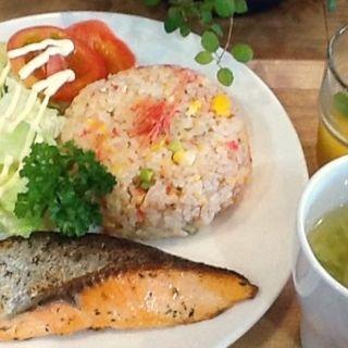 鮭バジル焼きと干しエビチャーハン(toto kitchen)