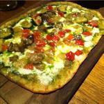 ローストした野菜とジェノベーゼのピザ