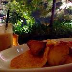 バターミルクパンケーキwスモークベーコン・パイナップル・メープルシロップ