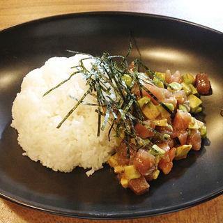 アボガドとトマトマリネを和えた洋風・漬けマグロ丼(TOMOSHIBI (トモシビ))
