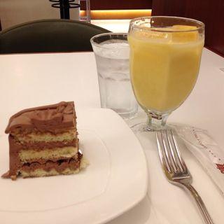チョコレートケーキとマンゴージュース(トップス 渋谷店)