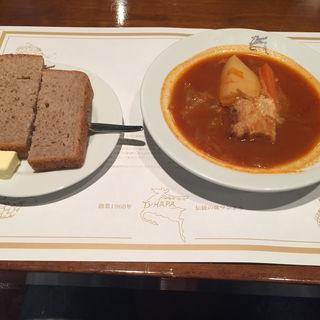 ボルシチランチ(サラダ、ピロシキ、黒パン、ボルシチ、ロシアンティ)(ロシア料理 ツンドラ)