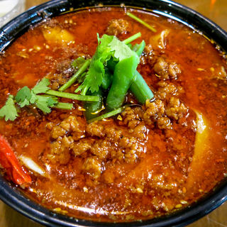 真っ赤なスープのマーラー刀削麺+週替りごはん(鐘楼 水道橋東口店 (ジョンロウ))