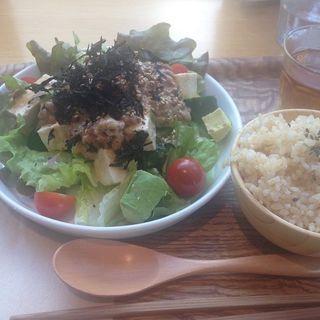 アボカドと納豆のサラダ 五行茶付き(ガーデンカフェ (GARDEN CAFE))