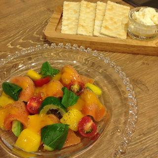 サーモンとアボガドのカルパッチョ  マンゴーのソース(NIJYU-MARU 二子玉川店 (ニジュウマル))