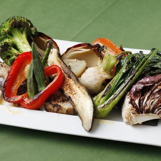 季節のオーガニック野菜炭火焼き 焦がしアンチョビソース(ラ ファーメ (La Fame))