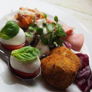 水牛のモッツァレラチーズ(ナポリ産)とトマトのオーブン焼き(ボナペティート)
