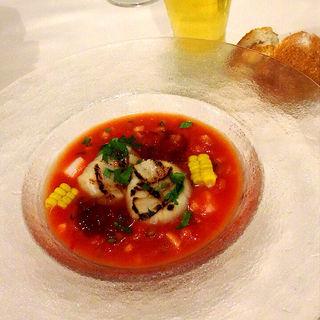 グリルした帆立をのせたトマトと野菜の冷製スープ(イケブクロラベットラダオチアイ (ikebukuro LA BETTOLA da Ochiai))