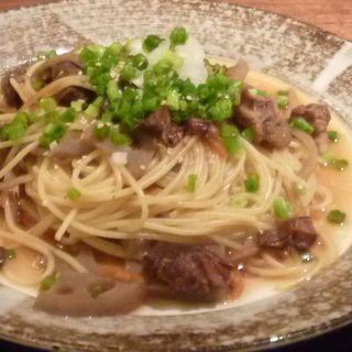 牛すじ煮込みとたっぷり野菜の和風スパゲッティ