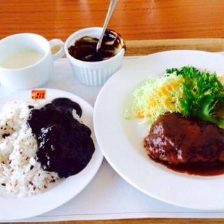 ハンバーグステーキ+ブラックカレーソース(RIZ CAFE)
