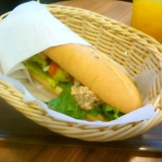 チャンキーアボカドチキンサンドとマンゴージュースセット(MORIVA COFFEE 横浜山下町)