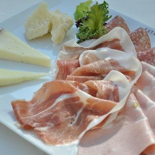 ハム&サラミ、チーズの盛り合わせ(イータリー 代官山店)
