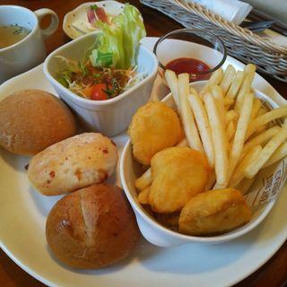 3種類の小さなパンとハーブ鶏ナゲットのプレート(お座敷cafe HanaMomo)