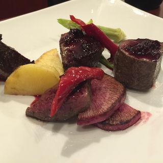 静岡産鹿もも肉のローストブラックベリーソース(森サンジョヴェーゼ )