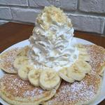 バナナ、ホイップクリームとマカデミアナッツパンケーキ