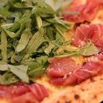 生ハムとルッコラのピザ(イタリアンバル アクア )